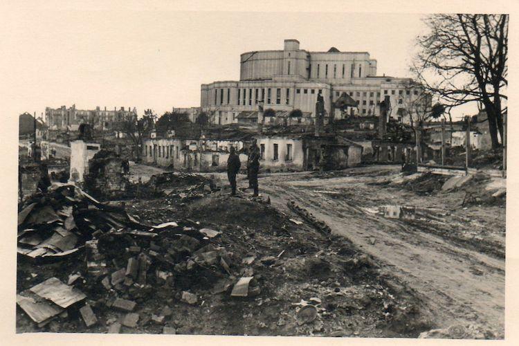 Wehrmachtsangehörige im Zentrum von Minsk, im Hintergrund das Opern- und Ballettheater der BSSR, Sammlung Felix Ackermann, CC BY-NC 2.0